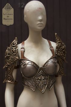 Female armor design inspired on Blood Elfs of World of Warcraft. Created in latex and leather by La Cámara del Alquimista