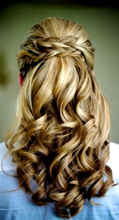 Idée de coiffure pour la mariée sur cheveux longs. Détachés. Attachés à moitié par une tresse.  Restant des cheveux ondulés. _ Idea of ​​hairstyle for the bride on long hair. Detached. Attached halfway by a braid. Remaining wavy hair.
