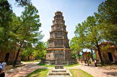 KHÁM PHÁ VẺ ĐẸP CHÙA THIÊN MỤ HUẾ  Tọa lạc trên đồi Hà Khê thuộc tả ngạn sông Hương, cách trung tâm thành phố Huế khoảng 5km về phía Tây, chùa Thiên Mụ là một điểm đến tâm linh nổi tiếng của xứ Huế. Cùng với kiến trúc xinh đẹp và cổ kính, những câu chuyện tâm linh huyền bí được về ngôi chùa càng thu hút sự tò mò của khách du lịch. Để tìm hiểu kỹ hơn về điểm du lịch nổi tiếng này, mời quý khách cùng tham khảo tiếp những thông tin về chùa Thiên Mụ Huế sau đây.