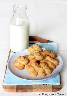 In verità, questi biscottisarebbero dovuti essere i famosi Krumiri con farina di riso di Montersino; era da un po' che meditavo di farli e da diverso tempo il libro stazionava in bella mostra sul ripiano della cucina, in attesa di essere preso in mano per