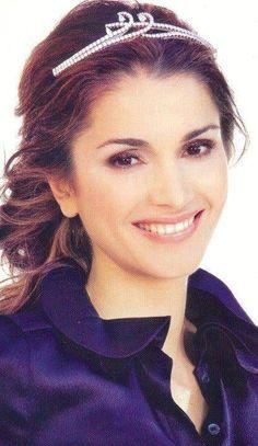 Boucheron Bracelet Tiara worn by Queen Rania of Jordan. Designed by Boucheron in 2008. Converts to both a tiara and a bracelet.