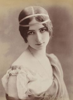 Cleo-de-Merode  was a French dancer of the Belle Époque.She became renowned for her glamour even more than for her dancing skills, and her image began appearing on such things as postcards and playing cards.The 61-year-old Belgian King became enamoured with the 22-year-old ballet star, and gossip started that she was his latest mistress.