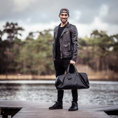 Going away for the weekend? Then our leather weekend bag William is perfect for you! This spacious weekender bag offers plenty of storage space for all your stuff and also looks stylish and cool.