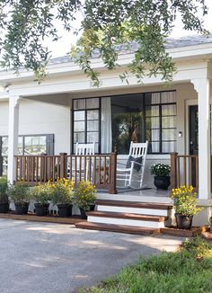 35 Rustic Farmhouse Front Porch Decorating Ideas - Gallery Home Decorations Small Front Porches, Farmhouse Front Porches, Modern Farmhouse Exterior, Farmhouse Style, Rustic Farmhouse, Front Porch Deck, Front Porch Remodel, Front Porch Railings, Porch Kits