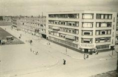 Een akelige foto Het postkantoor op de hoek van de Dordtselaan en de Wevershoekstraat. Met opschrift op doek op de gevel: Victorie want Deutschland wint voor Europa op alle fronten. 1942.