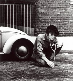 John Lennon _ Listening to the street.photo by Yoko Ono Yoko Ono, George Harrison, Stuart Sutcliffe, Ringo Starr, Paul Mccartney, Gala Darling, John Lennon Wall, Les Beatles, Beatles Bible