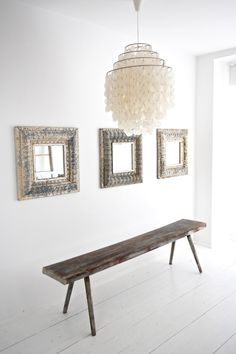 Unsere Lieblingsspiegel aus Brooklyn Tins, antike Holzbank und 70er-Jahre Muschellampe - we love it! boheme-living.com
