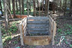 Pallet compost bin - Self Sufficient Sarah Pallet Boards, Wood Pallets, Outdoor Compost Bin, Palette Garden, Home Projects, Projects To Try, Self Sufficient, Strawberry Garden, Coops