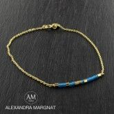 Bracelet toute en finesse, monté sur chaîne en plaqué or?, petite barette de perles de rocaille au centre.Couleur : or et bleu sudFermoir : 2 niveaux pour bien s'ajusterA porter avec le bracelet AM bleu sud !
