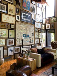 parede lotada de quadros seguindo uma simetria