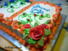 Torta decorata con panna montata.