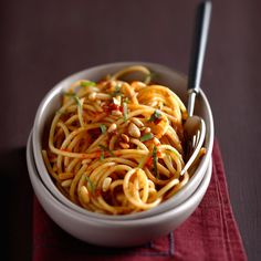 Découvrez la recette Spaghettis au pesto de tomate et pignons de pin sur cuisineactuelle.fr.