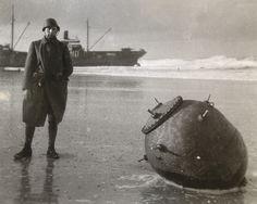 Nederlandse soldaat bij zeemijn - op achtergrond ss Jeannette - Vlieland 1939 | by Dirk Bruin