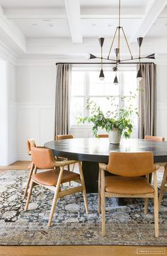 Gorgeous round dining room table and love the leather chairs – Amber Interiors Interior Ikea, Home Interior Design, Luxury Interior, Mid Century Interior Design, Coastal Interior, Interior Sketch, Interior Livingroom, Cafe Interior, Kitchen Interior