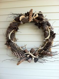 a wee Meenit: Antler wreath - hot glue pinecones & wire antlers to grapevines Deer Decor, Rustic Decor, Rustic Wood, Christmas Wreaths, Christmas Crafts, Christmas Decorations, Antler Wreath, Hunting Wreath, Driftwood Wreath