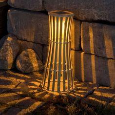 Ein schmaler, unkomplizierter #Kaefig aus #Bambus -Streben und eine attraktiv leuchtende #LED -Lichtquelle sind alles, was die Dekoleuchte Pisa benötigt. Noch nicht einmal einen #Stromanschluss benötigt sie, denn Pisa läuft über #Solarenergie. Aufstellen und ein beschauliches #Licht genießen - vollkommen #unkompliziert!