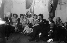 Mahdollisesti Leninki- ja Alusvaatetehtaan työntekijöiden naamiaisjuhlat Turussa 1931.  Kuvaaja: H. Attila Turun museokeskuksen valokuva-arkisto VA9810:6736