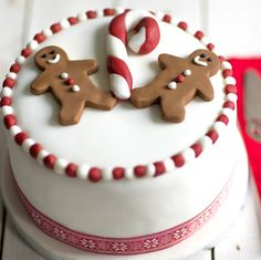 Gingerbread Man Christmas Cake Traditional Christmas fruit cakes don't always have to be decorated in the same traditional style. We think that these gingerbread decorations from will give your cake at lovely modern feel this year! Christmas Cake Designs, Christmas Cake Decorations, Holiday Cakes, Christmas Desserts, Christmas Treats, Gingerbread Decorations, Christmas Cakes, Fondant Christmas Cake, Christmas Christmas