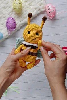 Hummel Häkelanleitung - Amigurumi patterns by Knit. Crochet Patterns For Beginners, Crochet Patterns Amigurumi, Crochet Dolls, Knitting Patterns, Crochet Hats, Amigurumi Animals, Amigurumi Doll, Crochet Animals, Crochet Bee