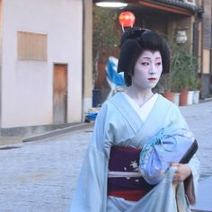 The geiko Katsutomo looking good in blue. (Taken by P.A.W and click here for the individual source)