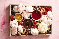 DIY Pavlova Grazing Dessert Platter - Diy and crafts interests Christmas Lunch, Christmas Desserts, Christmas Treats, Christmas Nibbles, Christmas 2019, Diy Dessert, Dessert Recipes, Trifle Desserts, Dessert Tables
