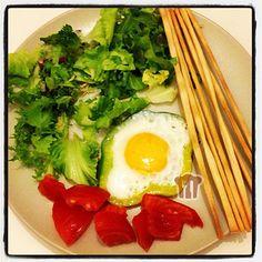 Flower Eggs - uovo occhio di bue dentro il peperone [http://www.ingusto.it/ricette/secondi/1852-uovo-occhio-di-bue-nel-peperone.html]