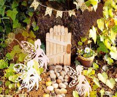 Con tintas, rotuladores y palitos de polo realizaremos una bonita casa de hadas en nuestro jardín. La imaginación y la creatividad son grandes amigas, ¡no dejes nunca de imaginar y de crear!