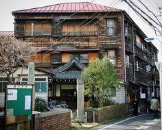 ぷじ(@yoiyoi6no1): 本郷館。更地になってた時にはそりゃもう腰抜かすぐらい驚きました。1906年築、2011年解体…。本郷界隈を散策する最大の楽しみがなくなった瞬間です。