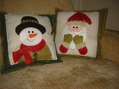 cojinrs navideños Snowman Christmas Decorations, Felt Christmas Ornaments, Christmas Love, Christmas Snowman, Rustic Christmas, Christmas Stockings, Patch Quilt, Applique Quilts, Felt Snowman