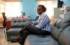 """Die Christin Abigail Ogwezzy-Ndisika ist Professorin an der Universtät von Lagos. In ihrem Büro äußert sie ihr Unverständnis über die Verschiebung der Abstimmung: """"Der Aufstand von Boko Haram hat nicht erst heute begonnen. Wir hatten der ganzen Welt bereits ein Datum für unsere Wahl genannt, warum also ein neues Datum?"""" Sollte durch diese sechs Wochen der Aufstand von Boko Haram unterdrückt werden, wäre dies zwar ein lohnenswertes Opfer – dennoch habe der Aufschub die Gesellschaft…"""