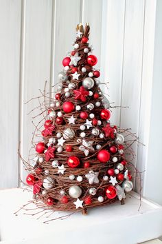 60 Absolutely Innovative Artificial Christmas Tree Ideas That Make a Mark in Home Decor Christmas Tree Crafts, Noel Christmas, Rustic Christmas, Xmas Tree, Christmas Projects, Winter Christmas, Holiday Crafts, Christmas Wreaths, Christmas Ornaments