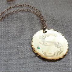 Золотое ожерелье с круглой подвеской. Гравировка монограммы на заказ -