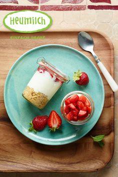 Heumilch-Erdbeer-Cheesecake im Glas. Brunch, Panna Cotta, Buffet, Cheese, Ethnic Recipes, Desserts, Food, Hay, Milk