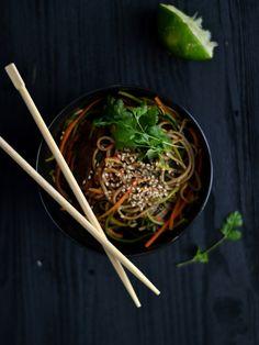 Soba noodlescomtempeh, vegetais e molho de gengibre e lima