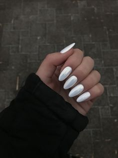 Semi-permanent varnish, false nails, patches: which manicure to choose? - My Nails Cute Acrylic Nails, Fun Nails, Crome Nails, Almond Shape Nails, White Almond Nails, Almond Gel Nails, Dream Nails, Perfect Nails, Winter Nails