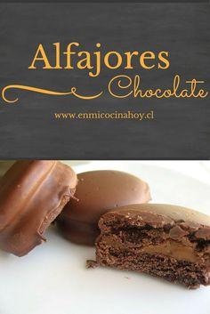 Deliciosos alfajores de chocolate: masa con chocolate que se deshace en la boca y rellenos de manjar, cubiertos en chocolate.: