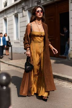 See all the most covetable street style looks from Paris Fashion Week. Modern Street Style, Look Street Style, Street Style Trends, Spring Street Style, Street Chic, Paris Street, Style Summer, Cool Street Fashion, Paris Fashion