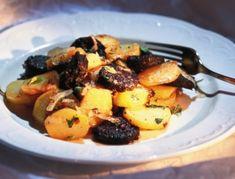 Für das Erdäpfel-Blunz'n-Gröstl gekochte Erdäpfel am besten über Nacht auskühlen lassen. Schälen, blättrig schneiden und in heißem Schmalz gut