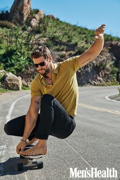 Liam Hemsworth covers the May 2020 issue of Men's Health. Men's Health links up with Liam Hemsworth for its May 2020 cover feature. Liam Hemsworth, Hemsworth Brothers, Chris Hemsworth Body, Men's Health Magazine, Mode Masculine, Celebrity Travel, Celebrity Crush, Celebrity Dads, Thriller