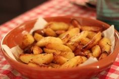 Everyone likes crispy potatoes combined with salad or tomato sauce. Many of us prepare potatoes with vegetable oil and this way they contain many bad. Cheap Easy Meals, Quick Easy Meals, Vegetarian Recipes Easy, Paleo Recipes, Rosemary Potatoes, Baked Potato Recipes, Baked Potatoes, Quick Side Dishes, Restaurant Recipes
