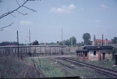 um 1970 Berlin - Bahnübergang Staaken-Nord, Finkenkruger Weg. An dieser Stelle brach am 5. Dezember 1961 Harry Deterling mit einer Dampflog durch den Stacheldraht und floh nach West-Berlin. Seit dem wurden die Züge von Berlin nach Hamburg über eine andere Strecke (Griebnitzsee) gelenkt. ☺