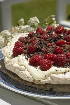 Lagkage med rugbrøds- og nøddebunde fyldt med hindbærflødeskum og pyntet med mørk chokolade