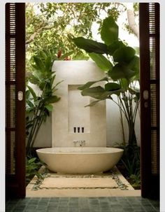 28 Outdoor Shower Ideas with Maximum Summer Vibes Nice 22 Popular Outdoor Bathroom Ideas Outdoor Bathtub, Outdoor Bathrooms, Dream Bathrooms, Beautiful Bathrooms, Outdoor Showers, Outside Showers, Master Bathrooms, Outdoor Pool, Luxury Hotel Bathroom