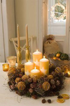 Precioso centro de mesa navideño con velas naturales, frutos secos, ramas y…