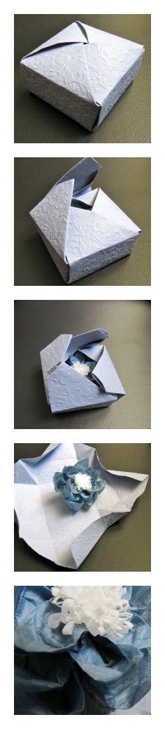 caja azul de una pieza con flor