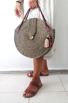 Round juta cord bag crochet tasseled handbag summer tote circular purse circle bags custom madeRound Juta Cord Crochet Bags have rapidly become the hottest summer trend. They are the perfect choice to use during a beach day or any evening summer outing. Crochet Purses, Crochet Bags, Tote Handbags, Purses And Handbags, It Bag, Round Bag, Basket Bag, Everyday Bag, Custom Bags