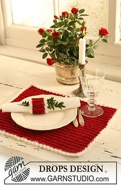 Christmas crochet placemat and napkin ring, make it in a different colour and it can be for all year round. Free pattern. Ravelry.