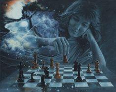 Mujer moviendo las piezas en un tablero de ajedrez. La escena se desarrolla superpuesta entre las estrellas