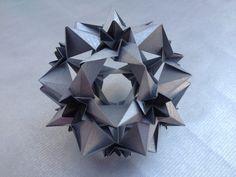 Kusudama Cassiopeia por Uniya Filonova - 30 modules Paper size: 3 cm x 9 cm Design: Uniya Filonova variation done by me