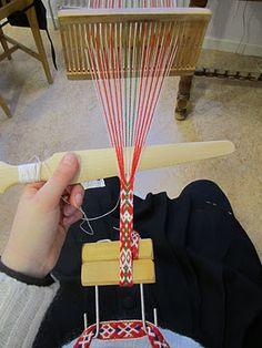 Bandvävning Inkle Loom, Tablet Weaving, Thread Art, Textiles, Fiber Art, Knitting, Creative, Handmade, Crafts